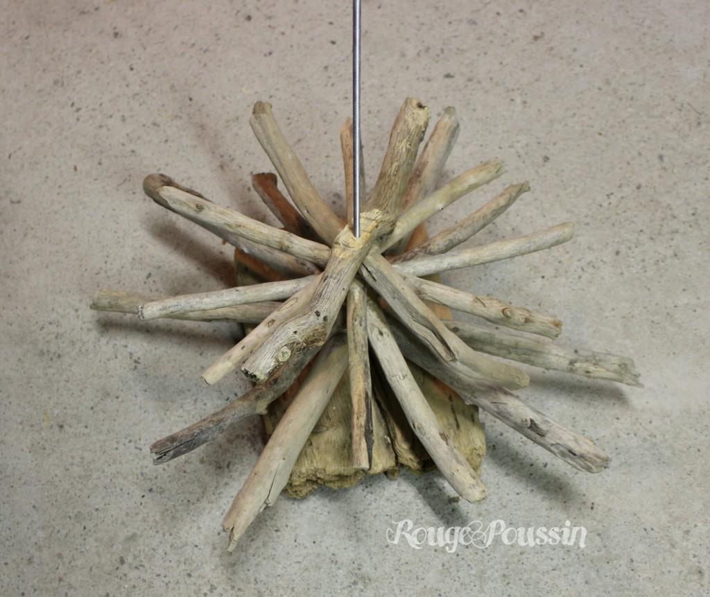 Assemblage des branches en bois flotté