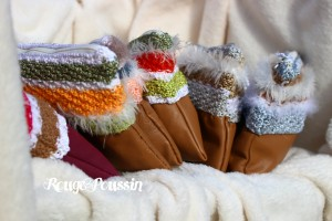 Pochettes réalisées une partie en cuir et l'autre au tricot