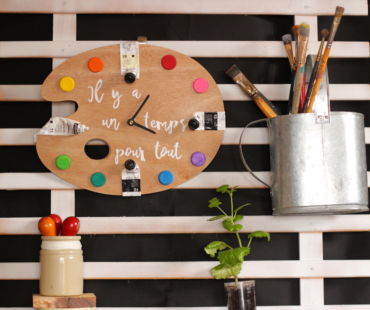 DIY pour fabriquer une horloge très originale avec des tubes de peintures et une palette