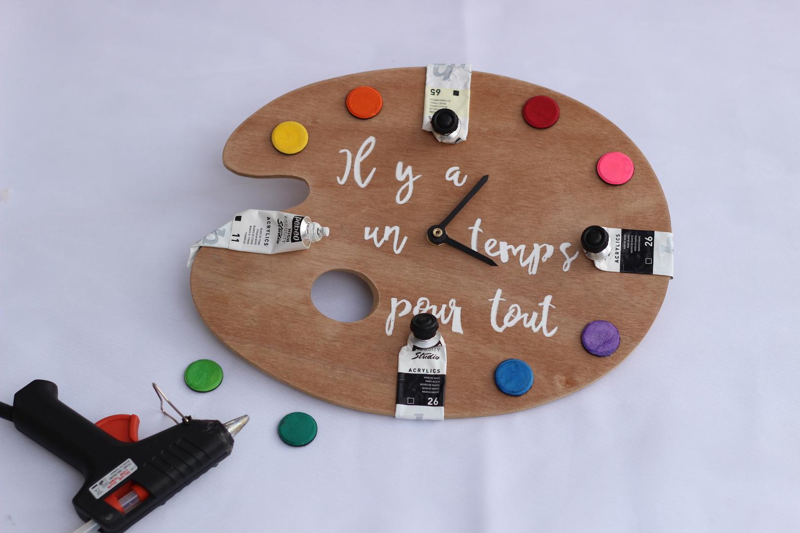 Dernière étape du diy de l'horloge : mise en place des tubes et pastilles de peinture.