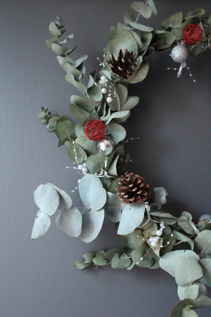 Zoom sur la couronne en branches d'eucalyptus et ses décorations