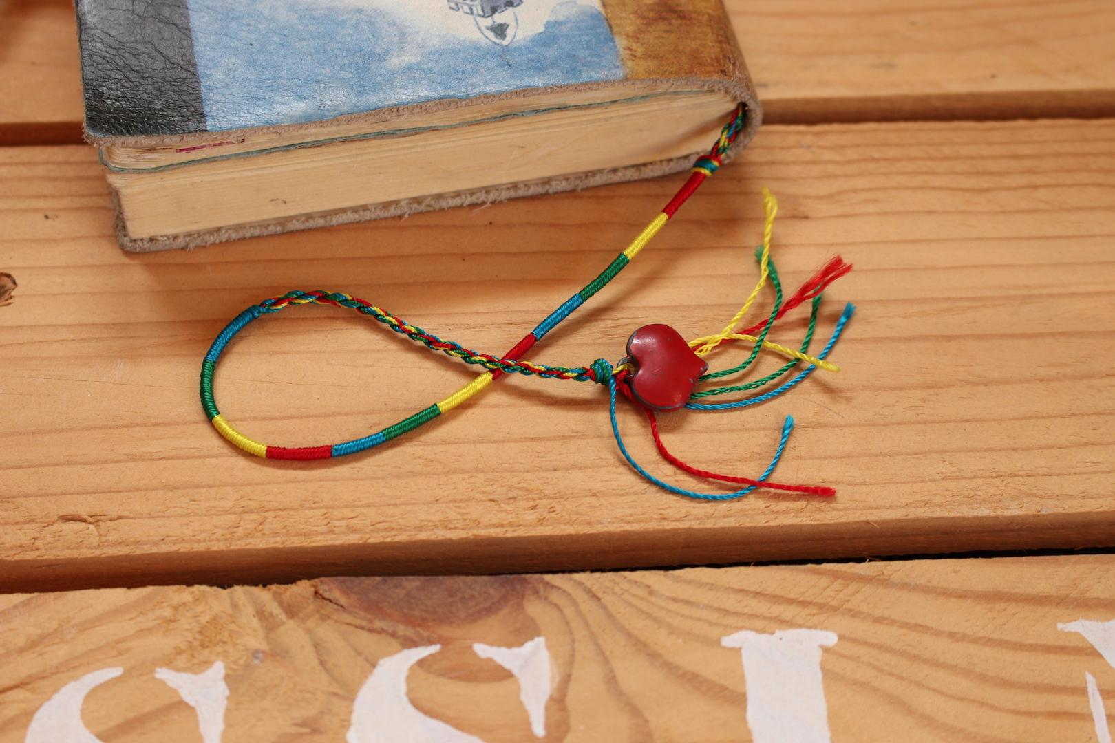 Marque-page fait d'un bracelet et pendentif
